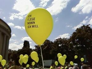 Die Amnesty-Gruppe Wiesbaden macht mit bei einer Amnesty-Aktion in Saarbrücken.