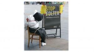 Nachgebildetes Folteropfer in der Fußgängerzone Wiesbaden am 26. Juni 2014