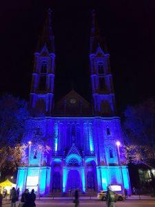 Wiesbaden gegen die Todesstrafe: Die angestrahlte Bonifatiuskirche als sichtbares Zeichen.